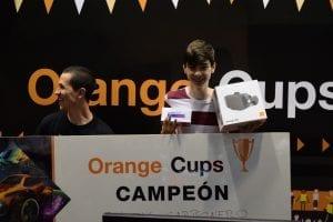 'Alex35351' posando con los premios tras proclamarse vencedor del torneo 1v1.
