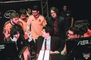 Dyren Teshrak arriba a la derecha, trabajando con el equipo durante la SuperLiga Orange