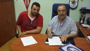 David García firma el contrato con el presidente del Rayo Majadahonda, Enrique Vedía