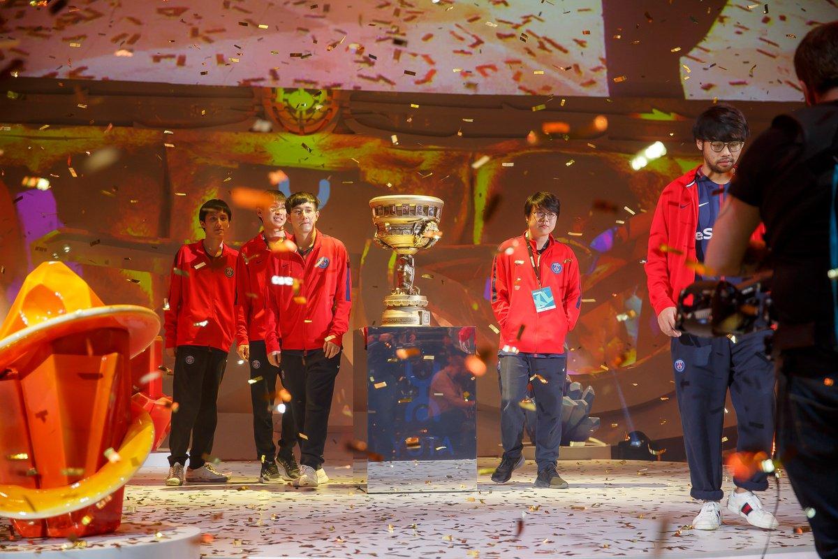 Paris Saint-Germain LGD camina junto al trofeo recién ganado tras la final del Epicenter XL en Moscú, Rusia