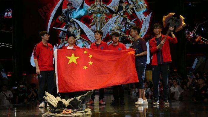 El equipo de Paris Saint-Germain LGD celebra su victoria en el MDL Changsha Major (Foto de Brandon Brathwaite)