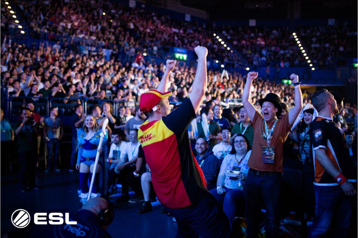 SirActionSlacks vestido como un trabajador de DHL anima al público el segundo día del torneo. Virtus Pro acabarían siendo los vencedores de la ESL One Birmingham.