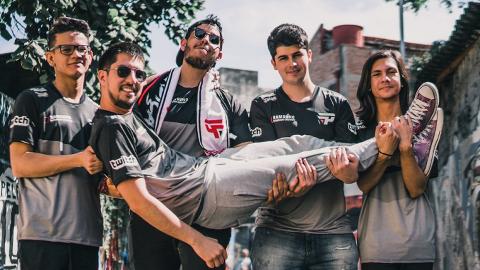 El equipo de Pain Gaming, favorito brasileño para The International Open Qualifiers. w33ha cuelga de los brazos de sus compañeros, que son (de izquierda a derecha) hFn, Kingrd, Tavo y Duster.