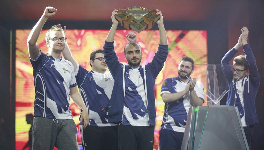 Team Liquid ganan el supermajor de China y levantan con orgullo el trofeo. De izquierda a derecha: Matumbaman, Mind_Control, Kuroky, Gh y Miracle.