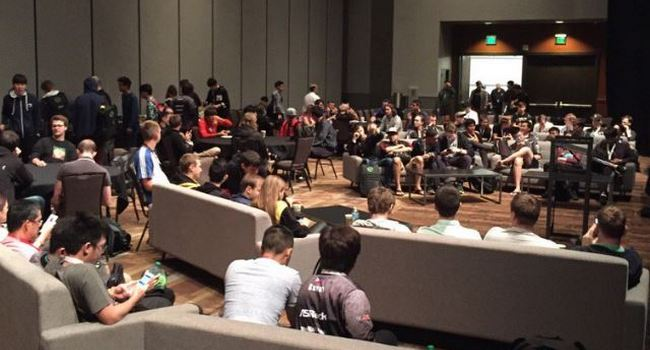 En la imagen jugadores, entrenadores y managers se reúnen en una habitación con portavoces de Valve para tratar los temas del próximo Dota Pro Circuit 2019