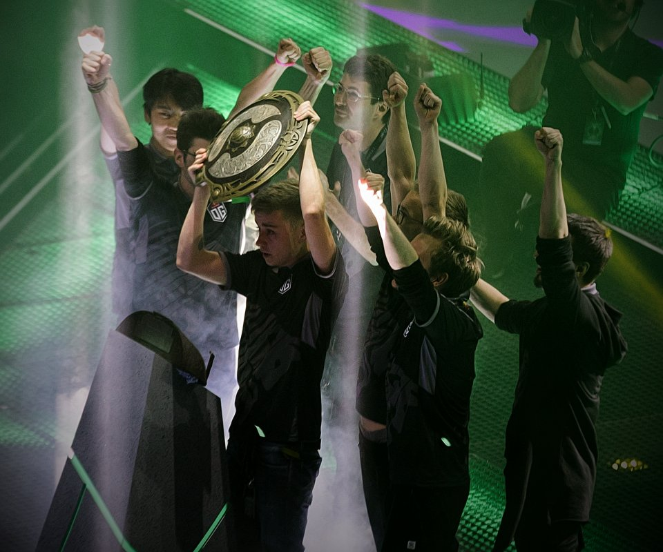 La final de The International 8 terminó con un 3-2 a favor de OG. En la foto, Ana, Ceb, Notail, Jerax y Topson levantan el trofeo.
