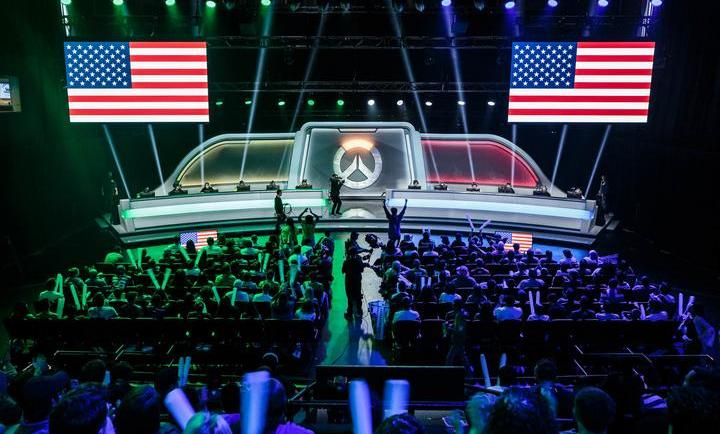 El estadio de Los Angeles de la Overwatch World Cup con la bandera de Estados Unidos