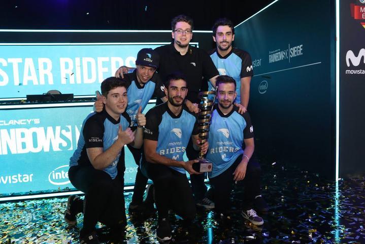 El equipo de Movistar Riders posando con el trofeo de la ESL Masters de Rainbow Six.