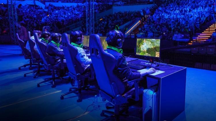 Jugadores profesionales de eSports jugando en hardware tradicional