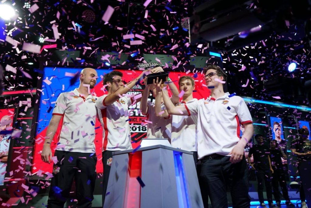 MAD Lions levantando el trofeo de campeón de la EU Masters 2018 de League of Legends