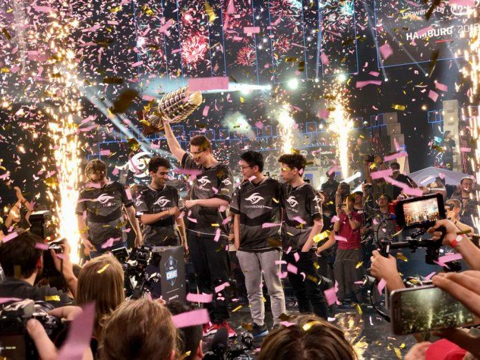 Team Secret, los campeones de la ESL One Hamburg 2018, celebran su victoria en el Barclaycard Arena.