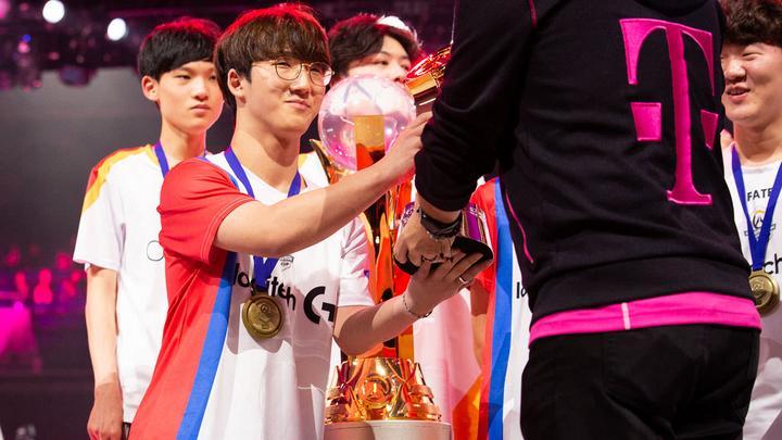 Jjonak recogiendo el premio T-Mobile MVP.