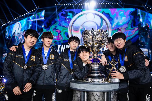 iG junto al trofeo de los Worlds 2018