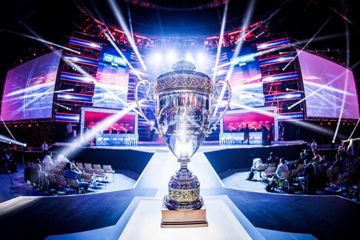 Trofeo de torneo de deportes electrónicos.