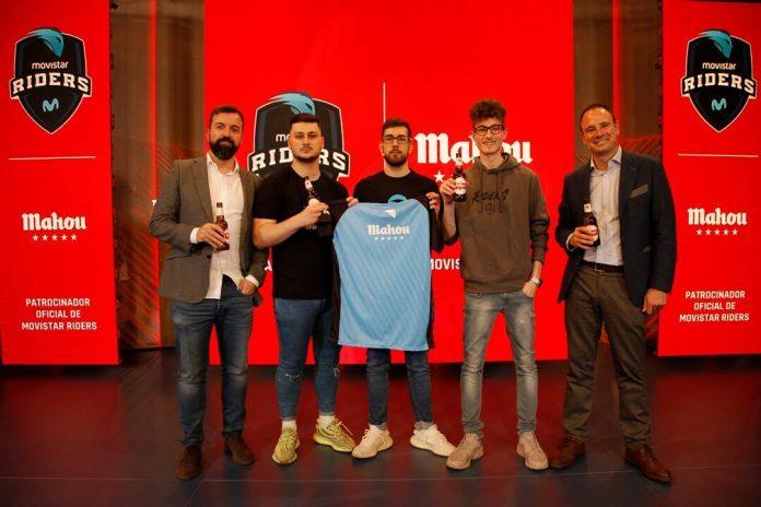 Fernando Piquer y Pablo Sánchez junto a tres jugadores de Movistar Riders celebrando el acuerdo de patrocinio con Mahou.