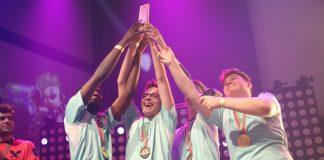 Grey, Erza, Sorin y Kiver, jugadores de Alliance Rogue alzando el trofeo de campeones de Europa de Splatoon 2