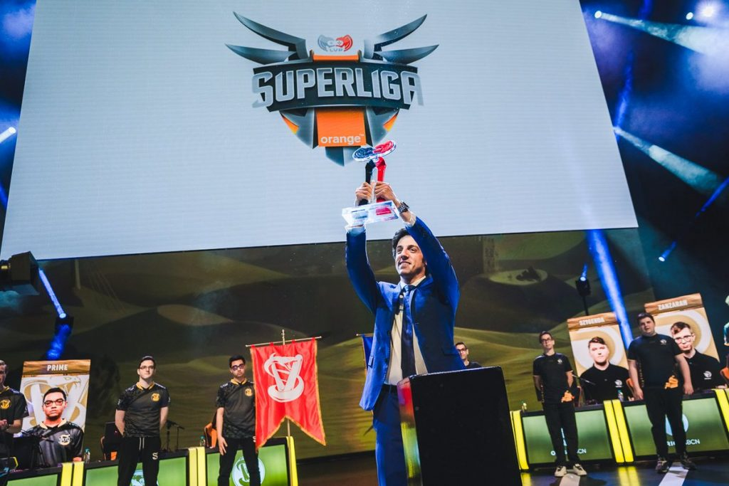 Araneae deposita el trofeo de campeón