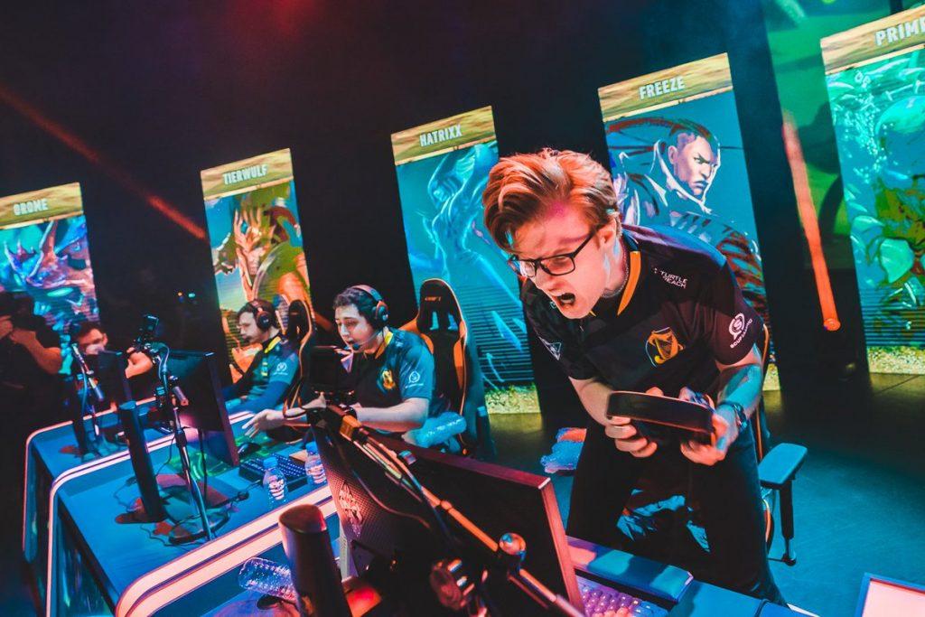 Jugadores de Splyce tras ganar un mapa durante la final de la SLO