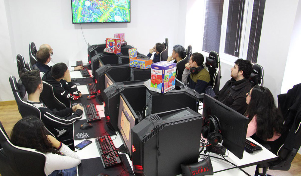 Alumnos de The Global Esports Academy en clase