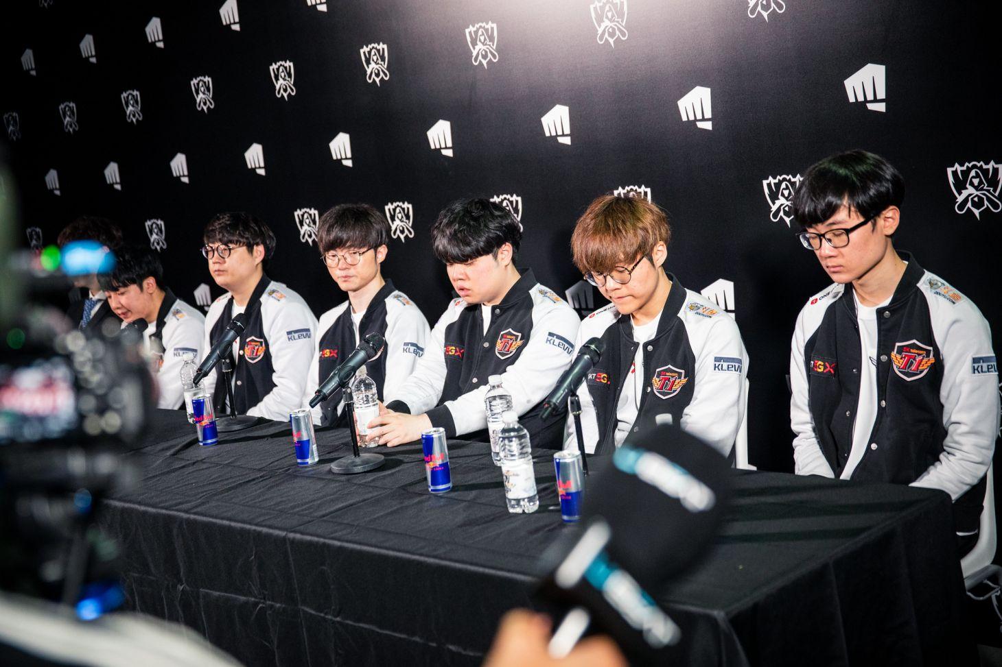 El conjunto coreano en la rueda de prensa post-partido. | Fuente: Konkol Michael/Riot Games