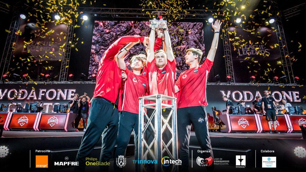 Vodafone Giants levandanto la copa en 2019